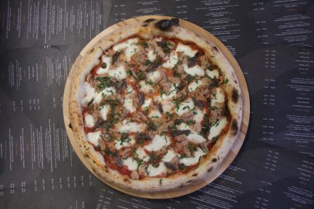 Пицца с тунцом и анчоусами