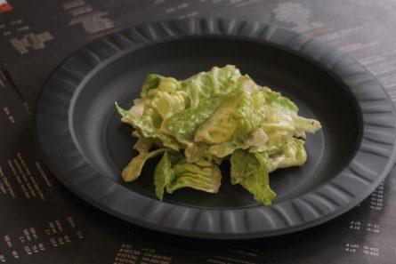 Салатные листья в соусе «Цезарь» — топпинг для пиццы